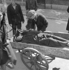 1944 - 1945 Hongerwinter in Amsterdam.  More than 20,000 people lost their lives in Amsterdam and the western part of the Netherland during the winter of 1944-1945. Photo Cas Oorthuys. #amsterdam #worldwar2 #hongerwinter