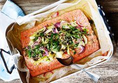 Pocheret laks med fennikel, rødløg, citron, kapers og hvidvinssauce