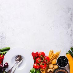 Plato y surtido de verduras maduras Foto gratis Food Background Wallpapers, Food Wallpaper, Food Backgrounds, Food Graphic Design, Food Poster Design, Food Design, Healthy And Unhealthy Food, Healthy Dishes, Colorful Vegetables