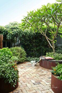 9 Staggering Cool Tips: Sloping Garden Ideas Yards backyard garden party brides…. - Flower Garden İdeas İn Front Of House Small Backyard Patio, Backyard Patio Designs, Backyard Landscaping, Landscaping Edging, Garden Paving, Courtyard Gardens, Veg Garden, Garden Care, Landscaping Ideas