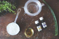 CREMA CORPORAL CASERA 1 taza de coco 1 cucharada de Aceite de Aloe Vera 2 cucharadas de Aceite de jojoba 20 gotas de Aceite Esencial de Lavanda Instrucciones: Con una batidora de mano o de pie mezclador, bata los ingredientes durante 7 minutos más o menos hasta que la mezcla esté esponjosa y aireada