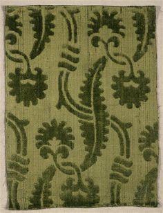 Velours coupé sur fond de satin de soie verte DESCRIPTION: 1ère moitié 15e siècle SITE DE PRODUCTION Italie (origine) TECHNIQUE/MATIÈRE satin , soie (textile) , velours coupé DIMENSIONS Hauteur : 0.25 m Largeur : 0.19 m