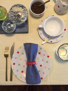 Mesa lista para tomar el te. Mantel amarillo, juego de platos a lunares by Cath Kidston , cubiertos dorados, servilletas azules. Todo de Salazar casa