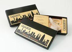 COSMOPOLITA  Invitación en caja negra y con toques dorados, acompañada con bolsita de arroz