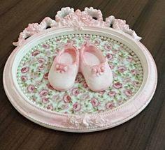 Porta Maternidade personalizado. Pintado em rosa com tecido floral 100% algodão no Mdf e sapatinho em gesso, aplicação em pérola. Obs: Estampa do tecido sujeitoa variações. R$ 68,00