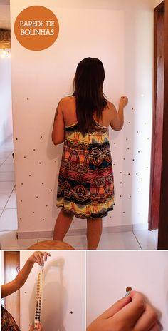 Como mudar uma parede sem graça em menos de 15 minutos? Bolinhas douradas, prateadas, coloridas (como preferir)!