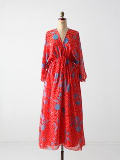A rare find! This vintage dress was from an early Zandra Rhodes collection. The airy, faux chiffon red dress features a blue and pink seashell print. Bat wing sleeves and a full skirt add to the Colorful Fashion, Boho Fashion, Vintage Fashion, Vintage 70s, Fashion Design, Steampunk Fashion, Gothic Fashion, British Style, British Fashion