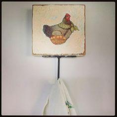 Cabideiro, lindo para colocar na cozinha e pendurar pano de prato. Temos outros modelos e outras cores.  Lindo e muito útil! #cabideiro #panodeprato #cozinha #cozinhamineira #galinha #decoupage #decorando #decoração #artesanal #artesanatomineiro