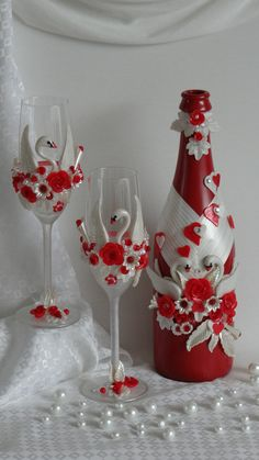 fimo clay for a wedding Diy Bottle, Wine Bottle Crafts, Bottle Art, Decorated Wine Glasses, Painted Wine Glasses, Decorated Bottles, Bottles And Jars, Glass Bottles, Wedding Wine Glasses