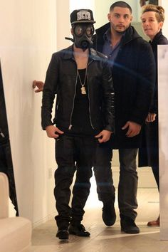 This is my idol. Justin Bieber Wears Gas Mask While Shopping in London! Health Belief Model, Celebrities Read Mean Tweets, Justin Bieber Style, Fashion Moda, To My Future Husband, Sexy Ass, My Idol, Hot Guys, Celebs