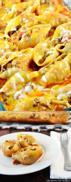 Mexican Stuffed Shells Recipe ~ filled with a ground beef and cream cheese mixture, cooked in a bath of enchilada sauce and salsa topped with cheddar cheese. (baked pasta with chicken stuffed shells) Mexican Stuffed Shells, Stuffed Shells Recipe, Stuffed Pasta Shells, Ground Beef Stuffed Shells, Stuffed Noodles, Kardio Workout, Pasta Dishes, Food Dishes, Good Food