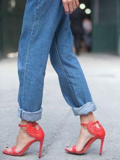 Ganz klar: Die Jeans hat schon lange einen Ehrenplatz in unserem Kleiderschrank. Nur über die richtige Pflege gibt es geteilte Meinungen.