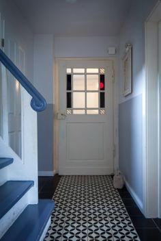 Die Tür konnte ebenfalls renoviert werden und verleiht dem Flur Charme.