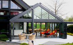 Wintergärten sind heimische Oasen der Entspannung. Ob großflächig wie hier oder auf kleinen Raum, sie erhöhen den Wohlfühlfaktor in den eigenen vier Wänden ungemein.