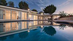 Mitómanos de Elvis Presley y amantes de la arquitectura californiana están de enhorabuena, ya que la famosa mansión de Elvis en Beverly Hills vuelve a estar en el mercado. La verdad es que comenzó este siglo ha cambiado varias veces de manos y cada transacción que protagoniza aumenta aún más su valor. Actualizaciones y mejoras, …