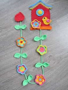 Lutje Haakt & Meer: Vogelhuisje I wish these instructions were in English! Crochet Bunting, Crochet Garland, Crochet Birds, Crochet Decoration, Cute Crochet, Crochet Flowers, Crochet Baby, Knit Crochet, Filet Crochet