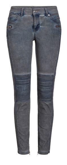Die Skinny Modern Biker hat ihren Namen wegen der schicken Biker-Details am Knie erhalten. Am Innenbein und den Vordertaschen sind an der 5-Pocket-Jeans Reissverschlüsse angebracht. Die MAC Jeans ist ein Hingucker schlecht hin und somit ein Must-Have für alle Trendsetterinnen!