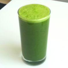 Jugo verde: piña, manzana, perejil, espinaca, apio, jugo de naranja, agua, maca y wheatgrass en polvo!!!