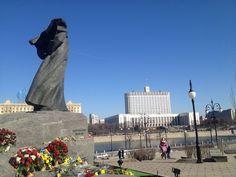 Памятник Тарасу Шевченко рядом с белым домом в Москве.  Taras Shevchenko monument next to the white house in Moscow.
