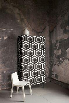 """Her er """"Hexagon"""" tapetsert på et møbel. Kolleksjonen Geometric føres av Borge. www.borge.no"""