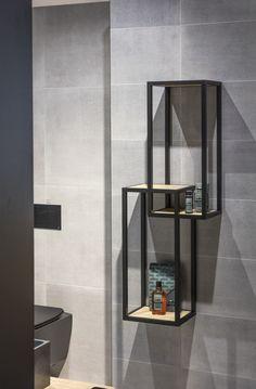 Pokud přece jenom hledáte zjemňující akcent této surové krásy, sáhněte po koupelnovém nábytku ve světlejších tónech dřeva a hrajte si se světlem.