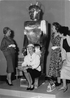 1947 - Anatole the Robot -women-with-robot-created-by-french-inventor