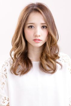 25 Beautiful Korean Women's Medium Hairstyles Ideas You Must Try Korean Wavy Hair, Korean Hair Color, Asian Hair, Medium Long Hair, Long Curly Hair, Curly Hair Styles, Medium Hair Styles For Women, Kawaii Hairstyles, Ulzzang