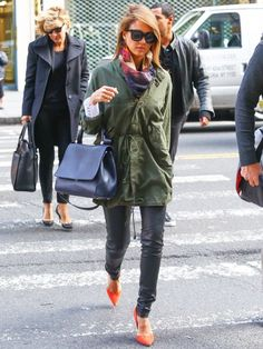 Jessica Alba wears an army jacket, skinny leather leggings, a scarf, top-handle bag, and bright orange pumps Green Parka Coat, Green Jacket, Look Fashion, Autumn Fashion, Neon Pumps, Orange Pumps, Celebrity Style Casual, Celeb Style, Jessica Alba Style