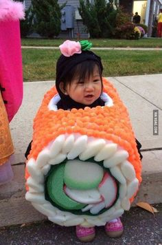 Funny pictures about The cutest piece of sushi you'll see today. Oh, and cool pics about The cutest piece of sushi you'll see today. Also, The cutest piece of sushi you'll see today. Costume Sushi, Sushi Halloween Costume, Mexican Costume, Halloween Cosplay, Cute Kids, Cute Babies, Kids Diy, 19 Kids, Fantasias Halloween