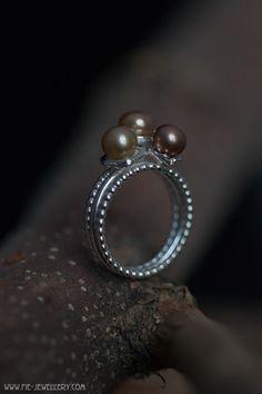 Zilveren band met parels in bakjes Contemporary Jewellery, Band Rings, Gemstone Rings, Handmade Jewelry, Silver Rings, Brooch, Cups, Wire, Mugs