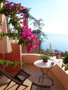 Goedemorgen! Wakker worden bij Roi Apartements en genieten van dit adembenemende uitzicht en de opkomende zon. De perfecte start van de dag! Hoe begin jij het liefst je ideale vakantiedag?  Liefs Eliza