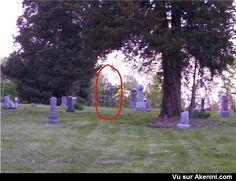 Fantôme qui se promène dans un cimetière - Ghost who walks in a cemetery