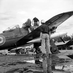 Grâce au travail incessant des mécaniciens et des armuriers du 1/21 First Indochina War, The Siege, Indochine, Cold War, World War Ii, Fighter Jets, Aviation, French, Pictures