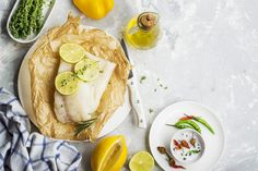 Préparation : 1. Préchauffez votre four à 200°C. Rincez soigneusement le citron et séchez-le avant de râper un peu de zeste. Pressez ensuite lecitron. 2. Déposez chaque filet de cabillaud sur une …