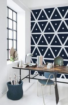 Beau bureau! On aime l'effet du papier peint géométrique.