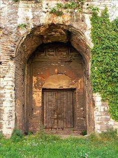 Yedikule ve Altın Kapı (5.yy)    İlk inşası muhtemelen Bizans İmparatoru I. Theodosius zamanına rastlar. İmparator, savaşlardan dönüşte şehre giriş olarak kullanılan bu kısma bir zafer takı inşâ ettirdi. Daha sonra III. Theodosius devrinde, Marmara'dan gelecek saldırılara karşı deniz surlarının yapılmasıyla zafer takı, kapı hâline getirildi. Fâtih Sultan Mehmed Han, surların bu kısmını tâmir ettirerek, buraya üç kule daha yaptırdı. 1457'de inşâ edilen bu kulelerle, semte ismini veren…