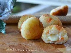 Polpette di patate e salmone con cuore al formaggio facili sfiziose e appetitose, con patate,salmone ed un cuore filante al formaggio, per feste e buffet