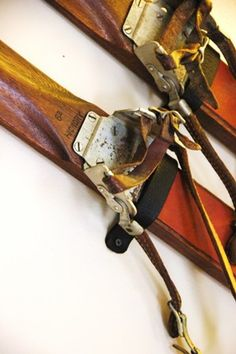 how to hang vintage skis.buy mounting kit here We have a pair of these in the hall. Ski Lodge Decor, Lake Decor, Ski Posters, Vintage Winter, Snow Skiing, Vintage Bicycles, Vintage Decor, Vintage Games, Or Antique