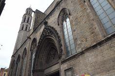 Estas ventanas no tienen colores como las otras de la Catedral Santa María del Mar. Las ventanas son en las formas de arcos góticos, y son básicos.