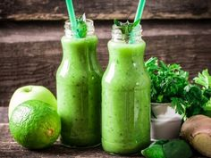 Green smoothies taste better than most people think. They are a very healthy way to begin your day with a raw alkaline meal. Healthy Drinks, Healthy Cooking, Healthy Recipes, Homemade Lemonade, Lunch To Go, Food Is Fuel, Menu Planning, Kefir, Hot Sauce Bottles