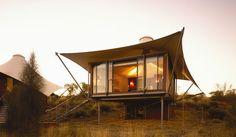 El #hotel-campamento Longitud 131° está formado por 15 carpas de lujo en el Parque Nacional de Uluru-Kata Tjuta en pleno corazón de #Australia