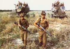 San trackers from the South African Defence Force with their FN FALs. An all-professional group who served in 31 and 203 Battalion during the Angolan War. South African Air Force, World Conflicts, Army Day, Vietnam War Photos, Defence Force, War Photography, African History, Special Forces, West Africa
