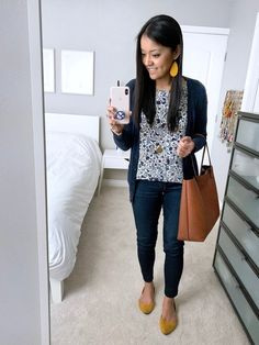 Bookending my outfit with yellow! shop the look moda femenin Style Casual, Casual Work Outfits, Business Casual Outfits, Work Attire, Work Casual, Casual Chic, Fall Outfits, Cute Outfits, Fashion Outfits