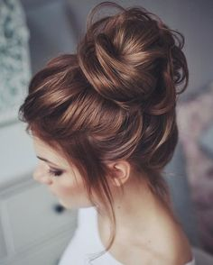 This messy bun updo is the perfect style for a rustic wedding!