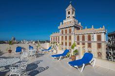 A sólo una manzana del Prado, un extenso paseo de la Habana Vieja que se extiende bajo la sombra del copioso follaje de sus árboles, se encuentra el Hotel Plaza, en una ubicación privilegiada, pues es un excelente punto de partida para explorar esta parte de la ciudad.
