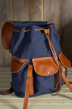 Lightweight yet durable canvas holds the bulk of your load while the rich cowhide leather flaps and handle add texture and strength.