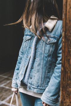 Denim jacket with shearling. Style Désinvolte Chic, Mode Style, Jean Jacket Outfits, Denim Outfit, Denim Oversize, Mode Cool, Light Blue Sweater, Denim Look, Outfits