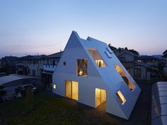 SUPPOSE DESIGN OFFICE Co.,Ltd「宇都宮の家」  位於日本栃木縣的這棟「宇都宮の家」是由 Suppose Design Office 所設計建造。這個住宅建築最大的特點就是透過獨特的外牆設計,打破了分隔概念,讓室內與室外空間融為一體!整體建築空間模糊了各個分區,在家中可以享受露天用餐,或是雨天時享受天然灌溉的室內花園,改變了日常生活的氣氛,營造出獨特的風格。