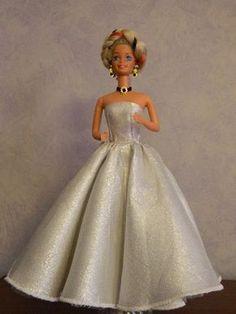 Voilà la robe est terminée, bien entendu vous pouvez l'agrémenter d'un étole en tulle ou tissu ............