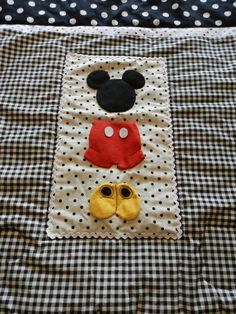 Charming Mickey stroller/pack n play quilt features the best parts of Mickey! This quilt captures the spirit of classic Mickey with its red, Patchwork Quilt, Applique Quilts, Cot Quilt, Quilting Projects, Sewing Projects, Diy Pour Enfants, Disney Quilt, Diy Bebe, Creation Couture